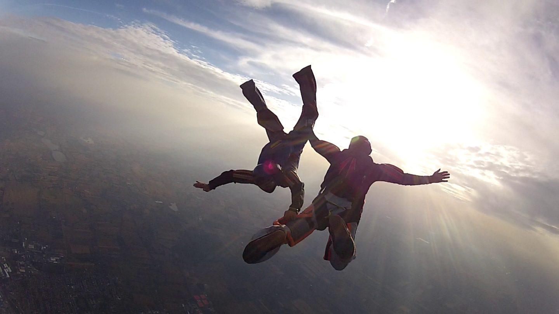twee mensen in een vrije val in de lucht
