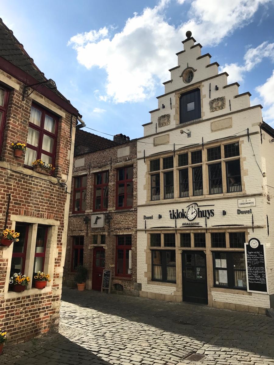Oude pandjes in Gent met trapgevels klokhuys