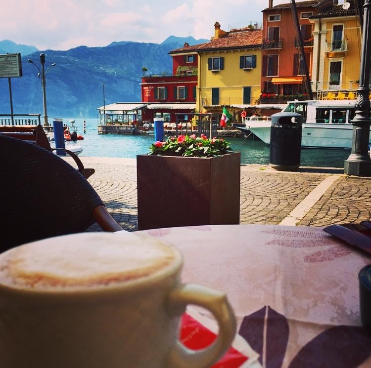 Koffie op een terrasje in een Italiaans haventje