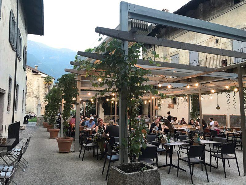 Binnenplaats pizza eten Arco Gardameer Italie