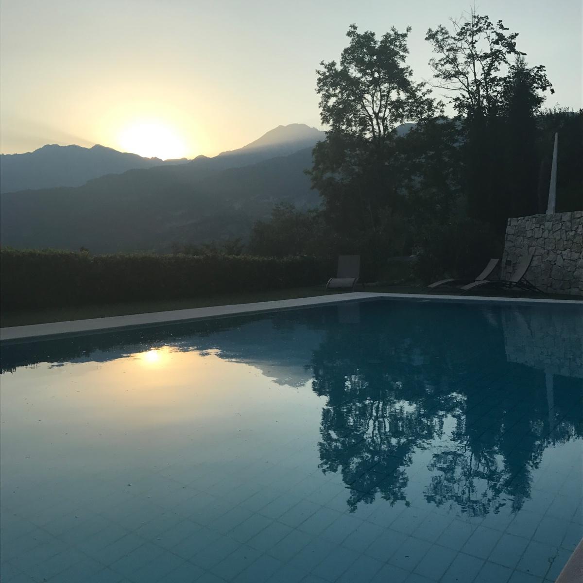 Zonsondergang bij het zwembad van Casa Velo