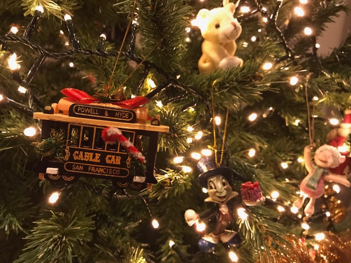 Kerstboom ornamentjes van een Cable Car uit San Francisco, Jiminy Cricket en Knorretje van Disney