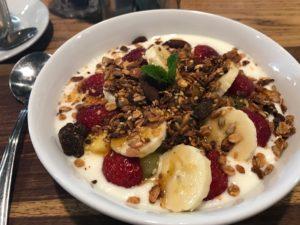 Ontbijt bij Bootlegger in Kaapstad Zuid-Afrika: yoghurt met homemade granola en fruit