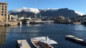 Tafelberg met tafelkleedje gezien vanaf V&A Waterfront in Kaapstad Zuid-Afrika