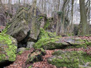 Een zee van oude rotsen: het Felsenmeer, in Hemer (Sauerland, Duitsland) uitzicht langs de wandelroute
