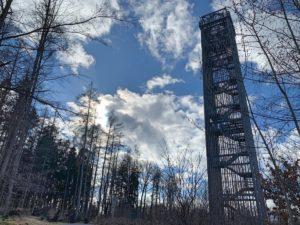 De 'Möhnesee Turm' ofwel de uitkijktoren aan het stuwmeer Möhnesee in het Sauerland in Duitsland
