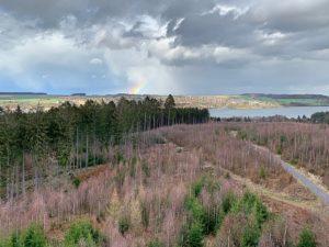 Uitzicht over het Sauerland vanaf de uitkijktoren aan de Möhnesee, een groot stuwmeer. Met regenboog in de verte, boven Körbecke