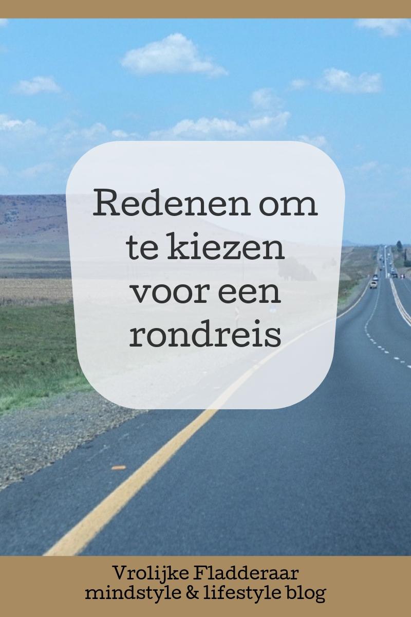 Redenen om te kiezen voor een rondreis (met foto van een heuvelachtige lange snelweg)