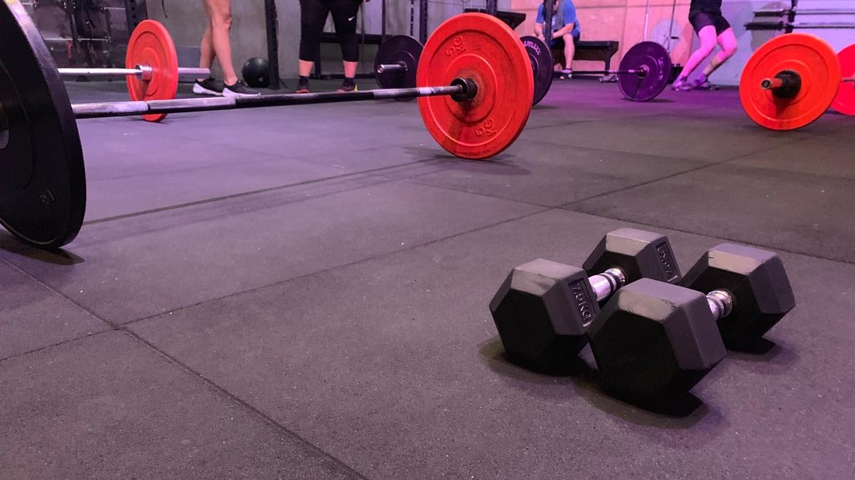 Barbell met gewichten en dumbells in de CrossFit Climbers Cabin box in Breda