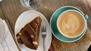 Bovenaanzicht van appelcake en cappuccino bij Fixed Gear Coffee in Valkenburg