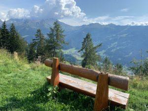 Een houten bankje met mooi uitzicht op de Zwitserse Alpen in Verbier