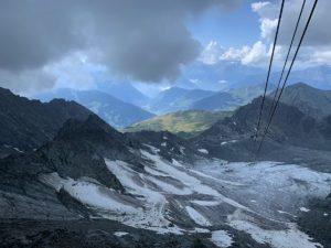 Uitzicht naar beneden over de gletsjer vanaf Mont Fort bij Verbier in de Zwitserse Alpen in Zwitserland op 3300 meter hoogte