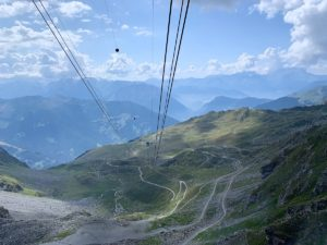 Uitzicht in de Zwitserse Alpen vanuit de kabelbaan bij Verbier, van Mont Fort naar beneden via Col de Gentianes en La Chaux