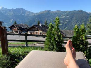 Zwitserland in de zomer: het kan ook mooi weer zijn, uitzicht van iemand die ligt te zonnen met de bergen in de verte