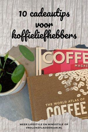 pinterest pin met tekst '10 cadeautips voor koffieliefhebbers' met een foto van een boek en magazine over koffie