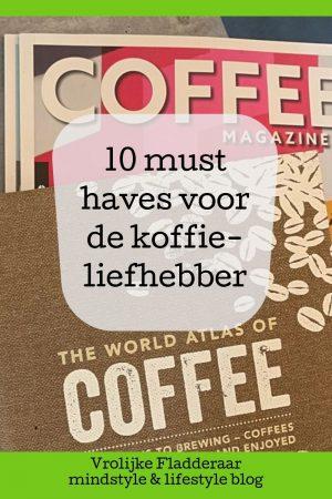 pinterest pin met de tekst '10 must haves voor de koffieliefhebber' met op de achtergrond een boek over koffie