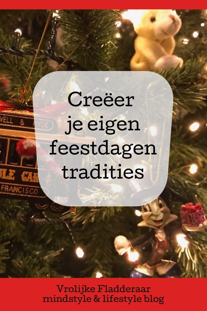 Pinterest pin met de tekst: 'creeer je eigen feestdagen tradities' met op de achtergrond een kerstboom met lichtjes en ornamentjes
