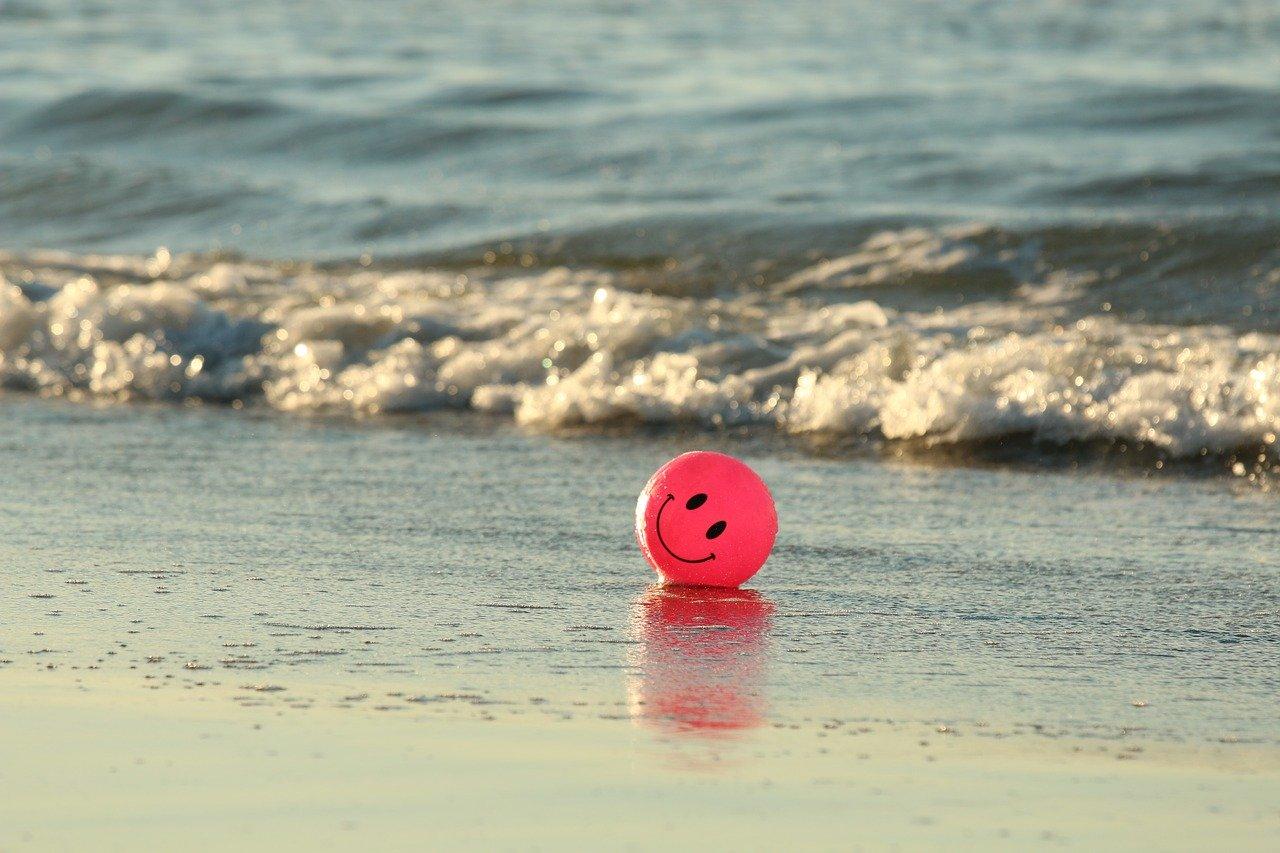 happy ballon met smile aan het strand