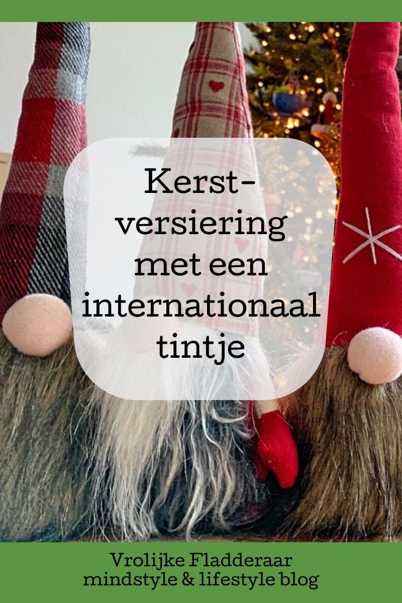 pinterest pin met de tekst 'kerstversiering met een internationaal tintje' met op de achtergrond scandinavische 'nisse' en een kerstboom