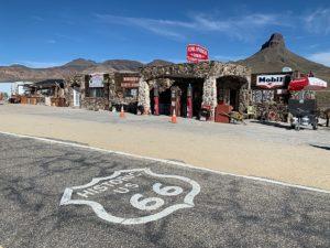 oud Amerikaans benzinestation aan de Route 66 (tussen Kingman en Needles) met het historische embleem op de weg