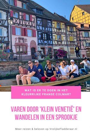 Pinterest pin met de tekst 'Wat is er te doen in het kleurrijke Franse Colmar? Varen door Klein Venetië en wandelen in een sprookje' met een foto van een boottocht door Petite Venice en vakwerkhuizen op de achtergrond