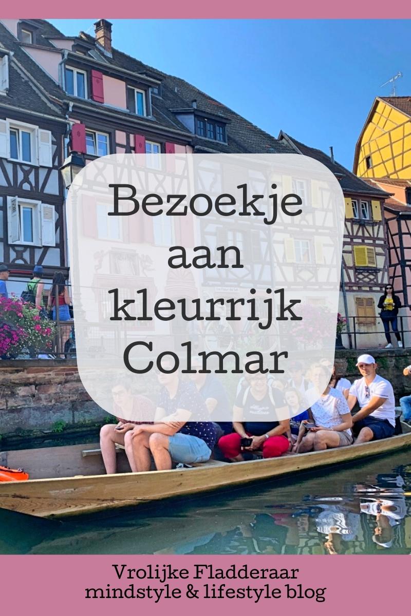 Pinterest pin met de tekst 'Bezoekje aan kleurrijk Colmar' met een foto van een gondel die vaart door Klein Venetië