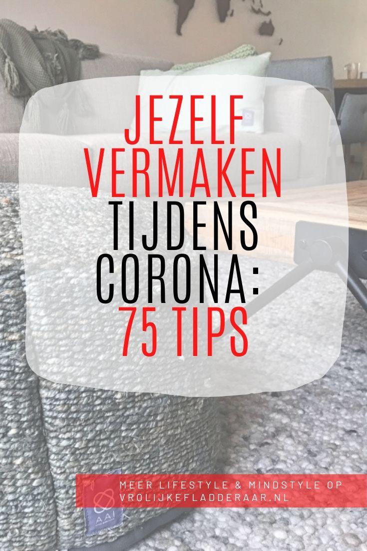 pinterest pin met de tekst: jezelf vermaken tijdens corona: 75 tips, met op de achtergrond een gezellige huiskamer