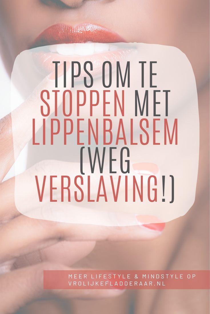 pinterest pin met de tekst: tips om te stoppen met lippenbalsem (weg verslaving!) met een foto van iemand die haar lippen aanraakt